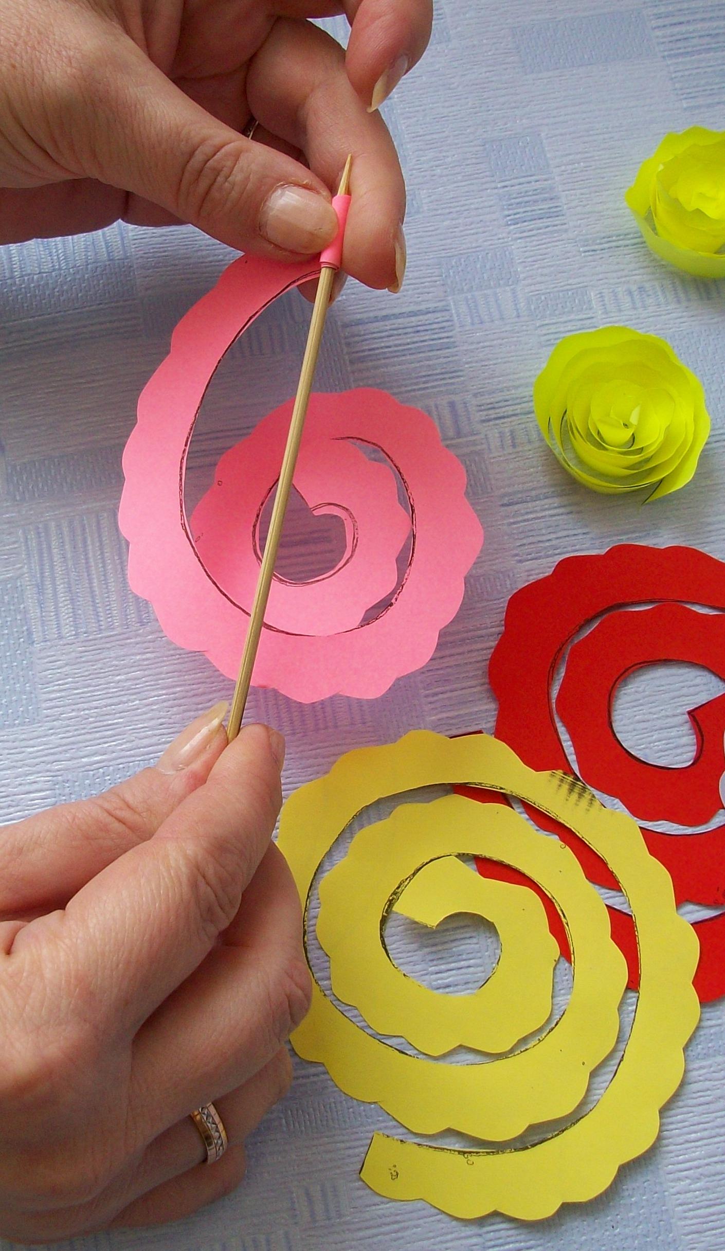 розочки из цветной бумаги с помощью зубочистки этих